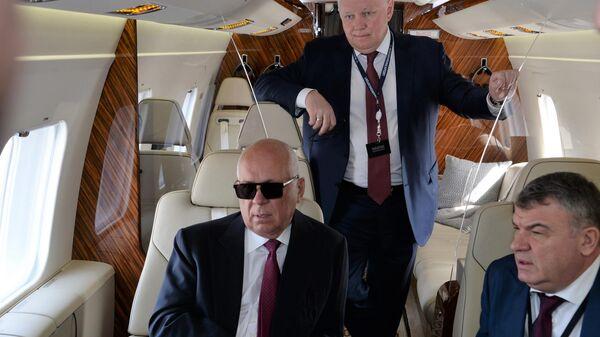 Сергей Чемезов, Александр Михеев и Анатолий Сердюков в салоне вертолета Ми-38 на международном авиасалоне Dubai Airshow 2019