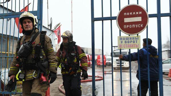 Сотрудники противопожарной службы МЧС РФ у склада с газовым оборудованием в Москве, где произошел пожар. 18 ноября 2019