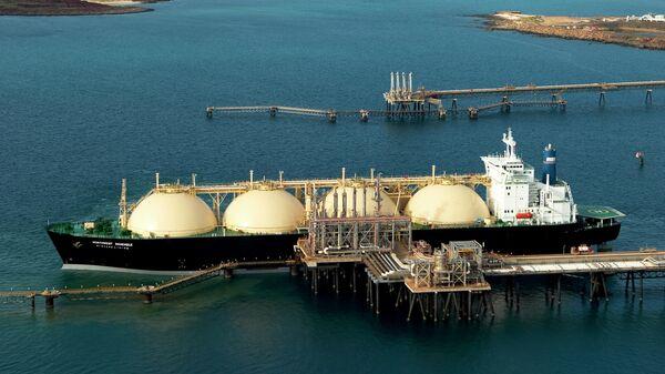 Танкер для транспортировки сжиженного природного газа на терминале загрузки газового завода в Каррате, Австралия