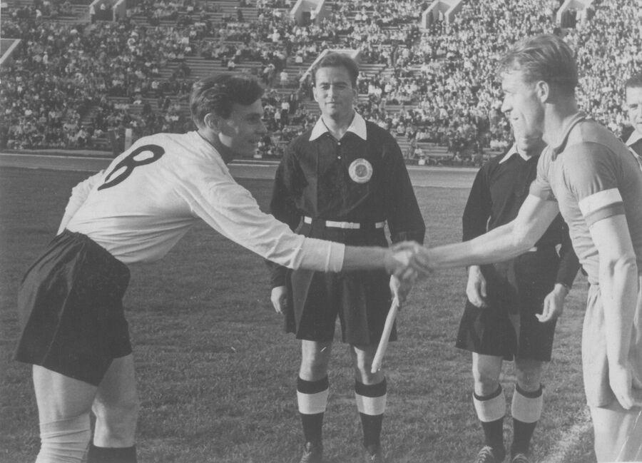 Капитан Торпедо Валентин Иванов (слева) перед началом матча. Фото из личного архива Лидии Ивановой
