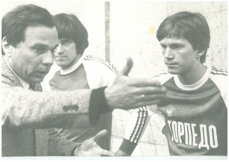 Старший тренер Торпедо Валентин Иванов с игроками команды. Фото из личного архива Лидии Ивановой