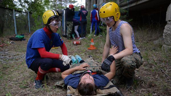 Участники на этапе соревнований Поисково-спасательные работы при ЧС техногенного характера во время профильной смены Юный спасатель