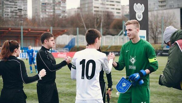 Никита Яворский (справа) перед матчем Юношеской футбольной лиги.