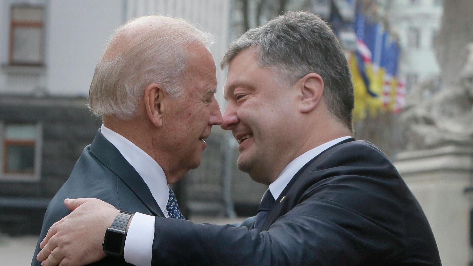 Президент Украины Петр Порошенко и вице-президент США Джо Байден во время встречи в Киеве, 7 декабря 2015 года - РИА Новости, 1920, 16.09.2020