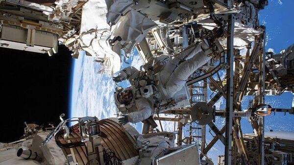 Астронавт Эндрю Морган во время выхода в открытый космос на МКС