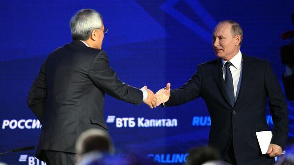 Президент РФ Владимир Путин и президент и управляющий директор фонда Шелкового пути Ван Яньчжи на форуме ВТБ Капитал Россия зовёт!