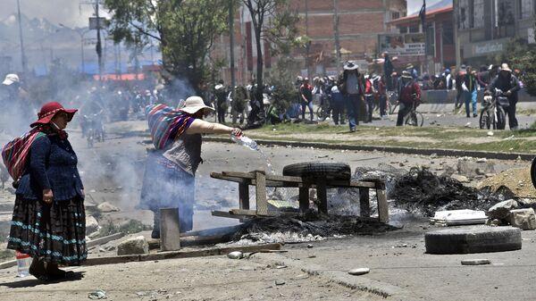 Сторонники бывшего президента Боливии Эво Моралеса перекрывают дорогу возле топливного завода Сенката в Эль-Альто. 20 ноября 2019