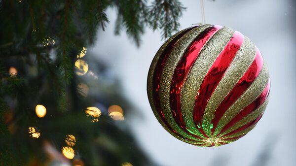 Шар на ветке новогодней елки