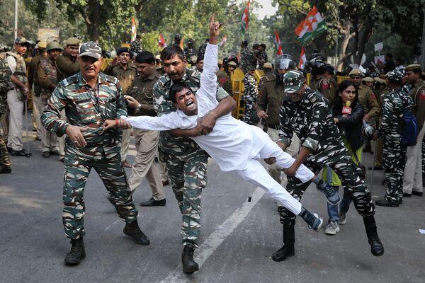 Индийские военнослужащие задерживают сторонника Партии конгресса во время протеста в Нью-Дели