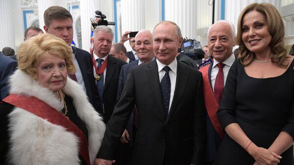 Президент РФ Владимир Путин с лауреатами после церемонии вручения государственных наград в Кремле