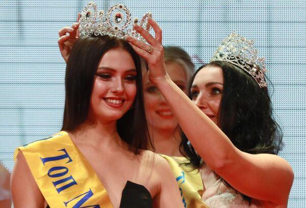 Победительница конкурса красоты Топ Модель России 2019 Полина Иванова (слева) на церемонии награждения