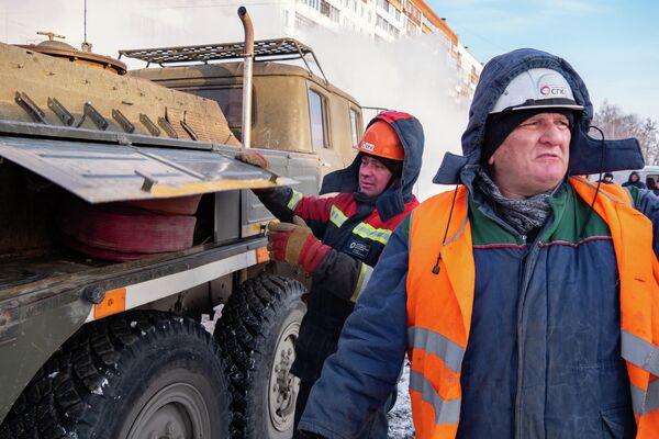 Бригада готовится к откачке воды из теплокамеры, где произошла авария