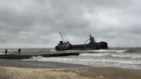 Танкер Делфи под флагом Молдавии на мели у побережья Одессы во время сильного шторма. 22 ноября 2019