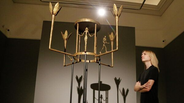 Скульптура Альберто Джакометти Luster avec femme, homme et oiseu в аукционном доме Sotheby's