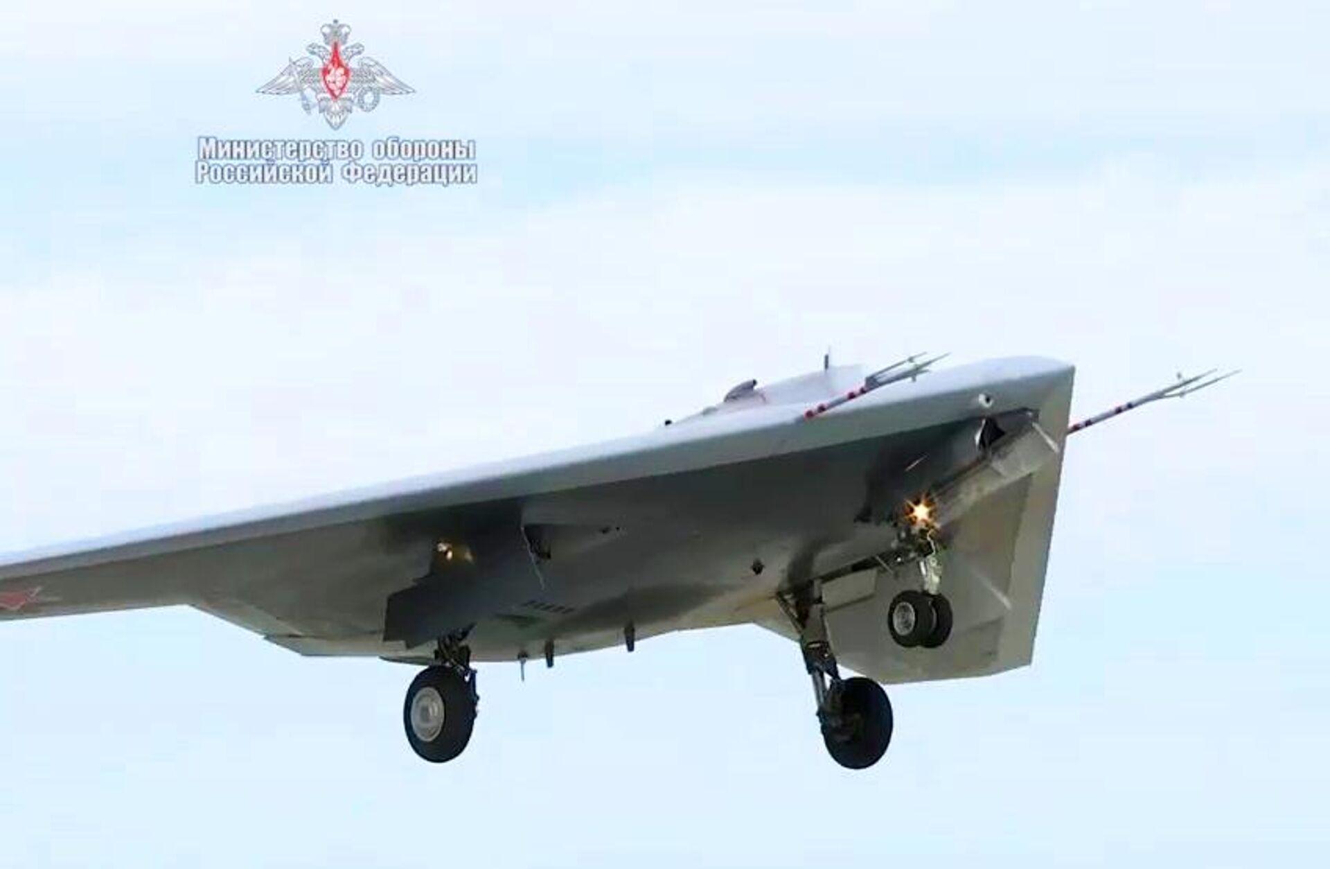 Новейший ударный беспилотник Охотник совершил первый совместный полет с Су-57 - РИА Новости, 1920, 30.12.2020