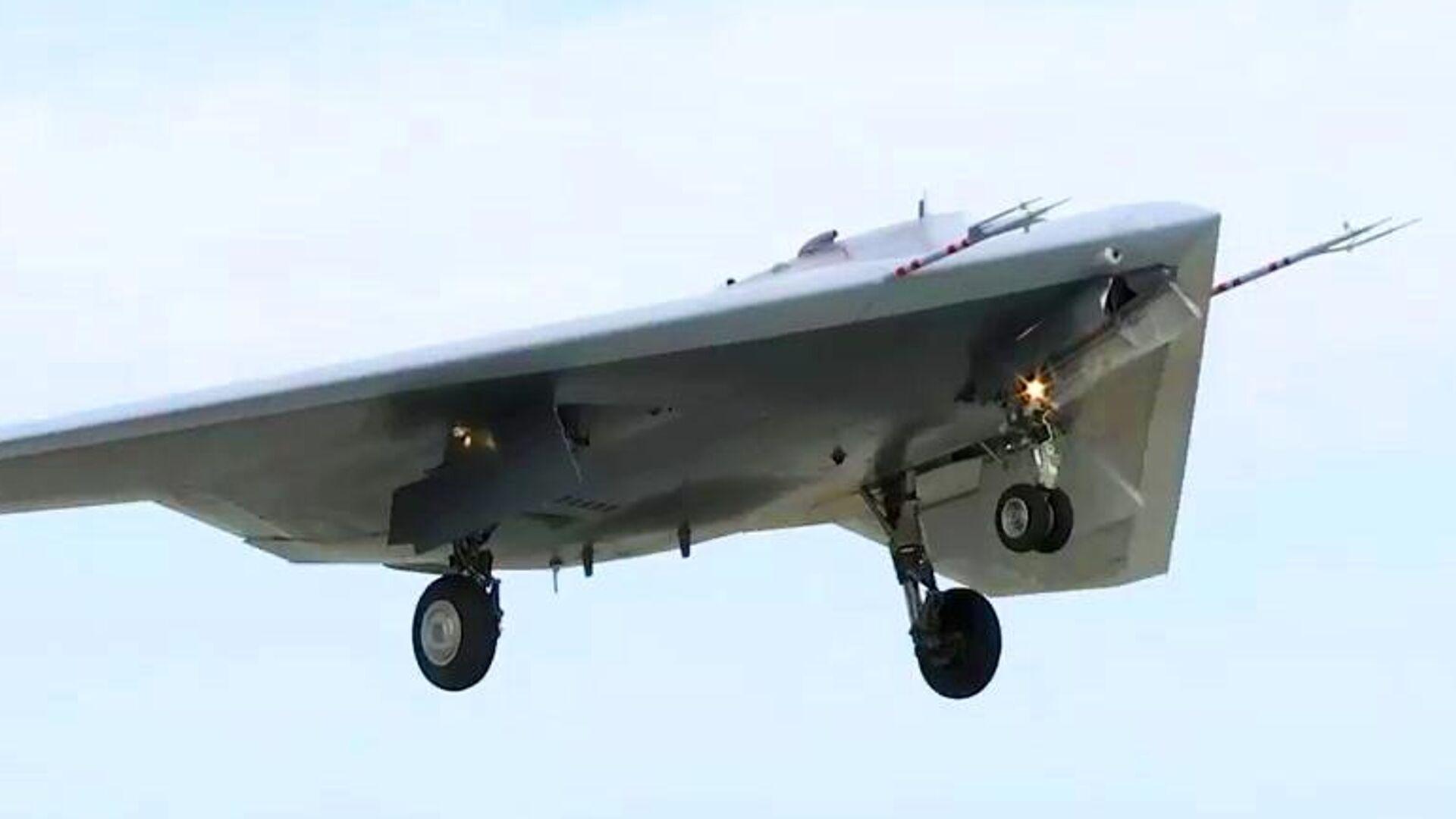 Новейший ударный беспилотник Охотник совершил первый совместный полет с Су-57 - РИА Новости, 1920, 12.01.2021
