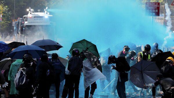 Полиция разгоняет протестующих при помощи водомета, Гонконг