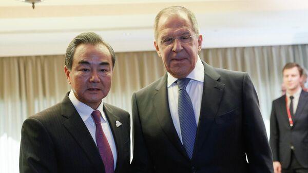 Министр иностранных дел Китая Ван И и министр иностранных дел РФ Сергей Лавров (справа) во время встречи в отеле Нагоя Канко в Нагое