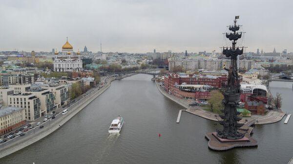 Пароход на Москва-реке в районе Пречистенской набережной в Москве