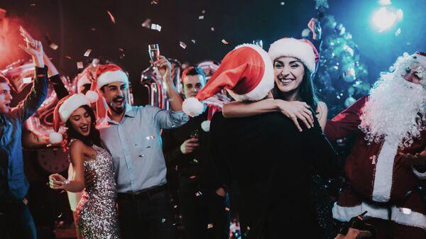 Люди во время празднования Нового Года