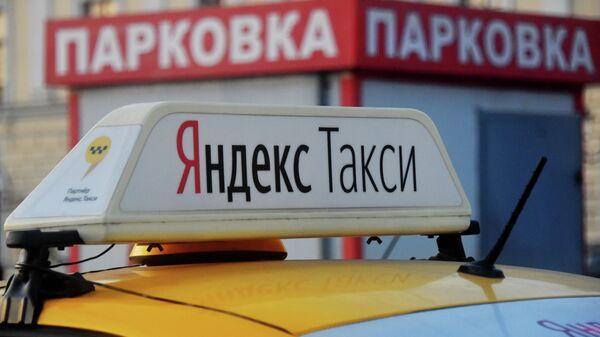 Световой короб на крыше автомобиля службы Яндекс Такси