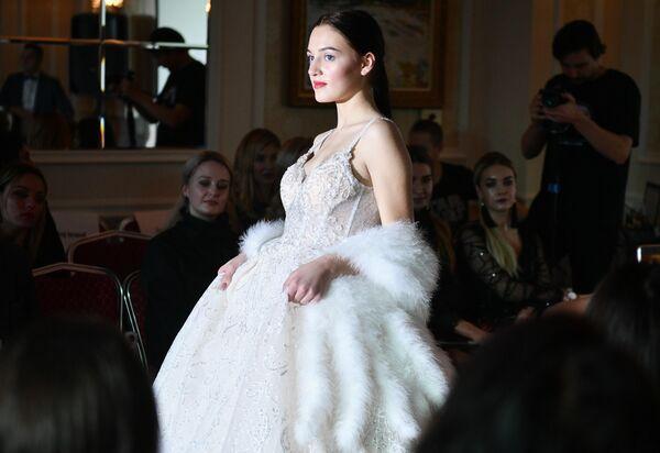 Модель демонстрирует одежду из коллекции Princess`s Dress салона свадебной и вечерней моды Принцесса на Крымской неделе моды в отеле Villa Elena в Ялте