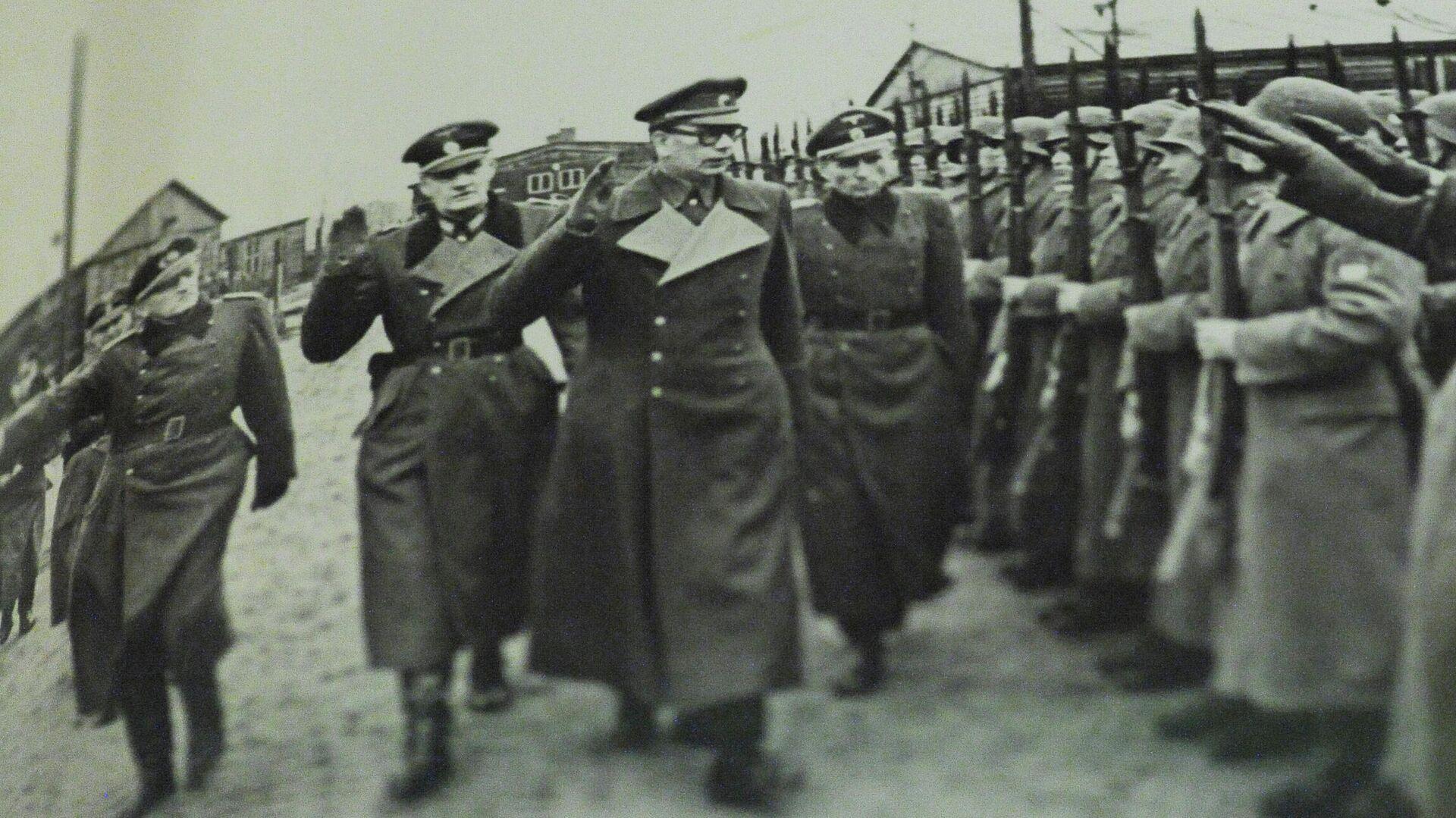 Генерал Андрей Власов вместе с немецкими офицерами принимает парад частей РОА - РИА Новости, 1920, 24.12.2020