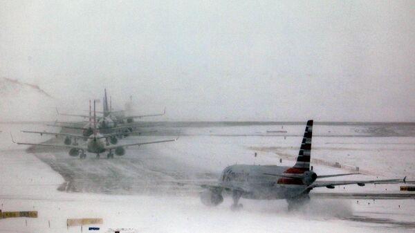Снегопад в аэропорту Денвера в США