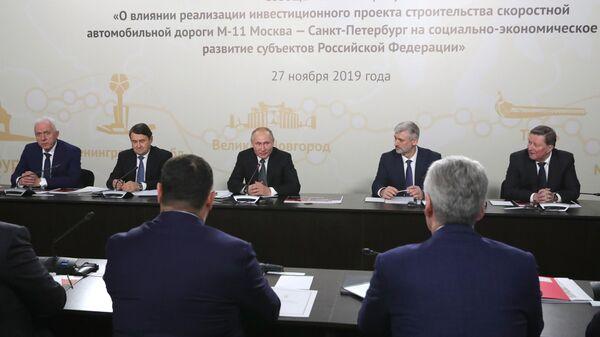 Президент РФ Владимир Путин на совещании по вопросу О влиянии реализации инвестиционного проекта строительства скоростной автомобильной дороги М-11 Москва - Санкт-Петербург