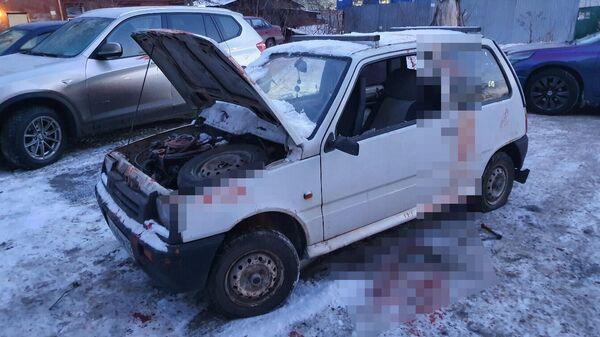 Автомобиль марки Ока  во дворе по улице Зенцова в Уфе