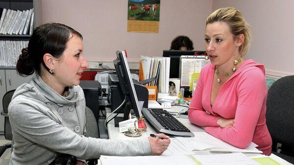 Соискатель общается с сотрудником центра занятости населения