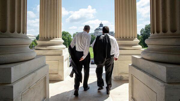 Конгрессмены выходят из Капитолия в Вашингтоне
