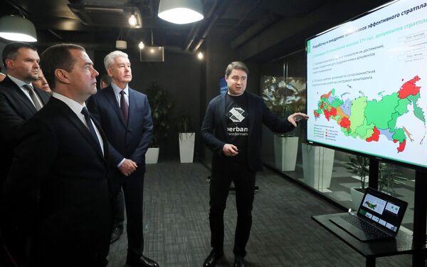 Председатель правительства РФ Дмитрий Медведев в офисе ПАО Сбербанк