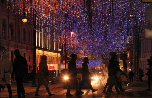 Новогодние украшения на улице Большая Дмитровка в Москве