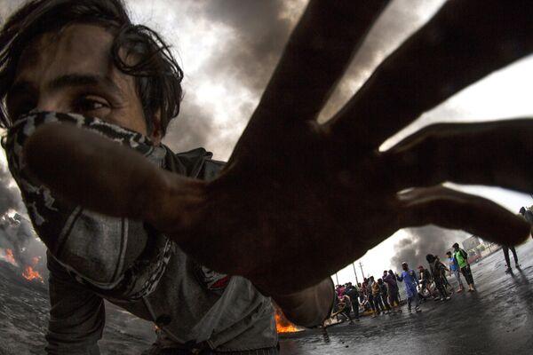 Демонстрант во время акция протеста в иракском городе Басра