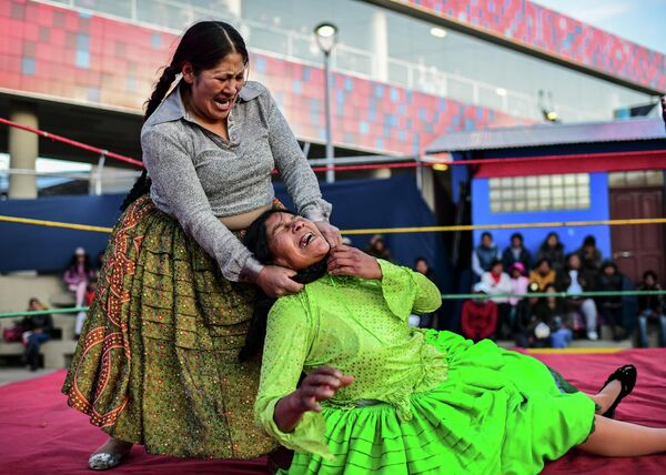 Участницы соревнований по боливийской женской борьбе в Эль-Альто