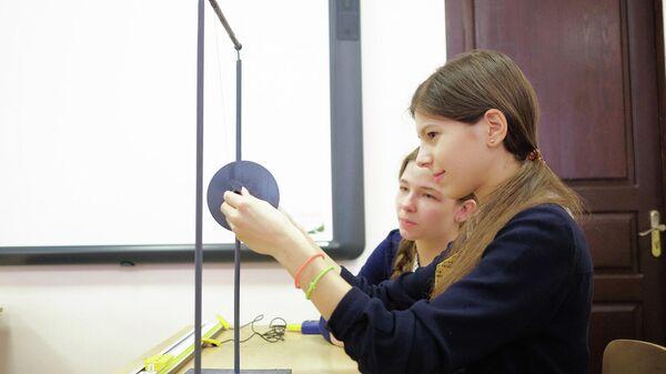 Ученицы на занятии по физике