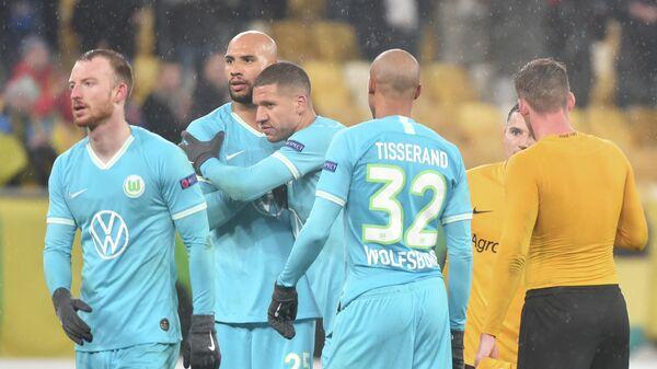 Футболисты Вольфсбурга радуются забитому голу