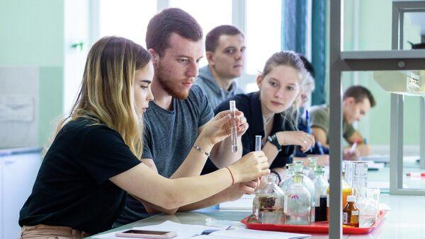 Студенты Института опережающих технологий Школа Икс ДГТУ на занятиях по химии