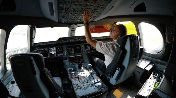 Пилот в кабине пассажирского самолета Airbus A350 в аэропорту Шереметьево