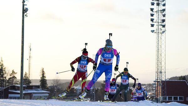 Слева направо: Чу Юаньмэн (КНР), Тамара Воронина (Россия) и Наталья Кочергина (Литва) на дистанции одиночной смешанной эстафеты I этапа Кубка мира по биатлону в шведском Эстерсунде.
