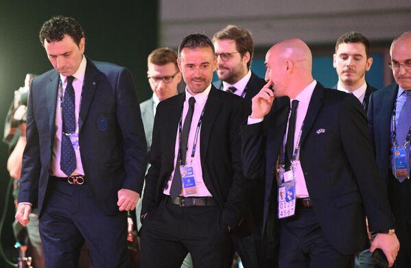 Главный тренер сборной Испании по футболу Луис Энрике (в центре)