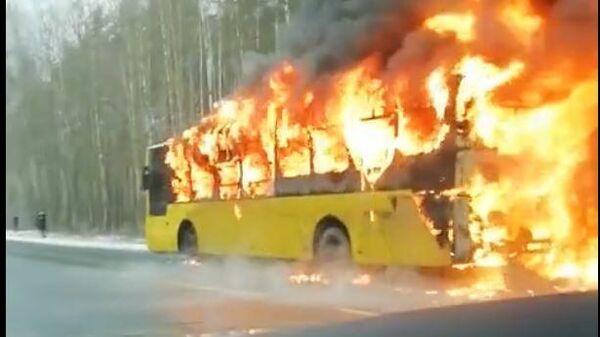 Загоревшийся в Санкт-Петербурге автобус попал на видео