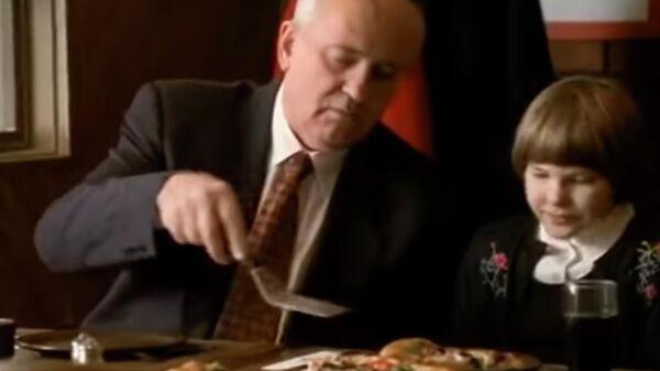 Скриншот видео рекламы Pizza Hut с Михаилом Горбачевым