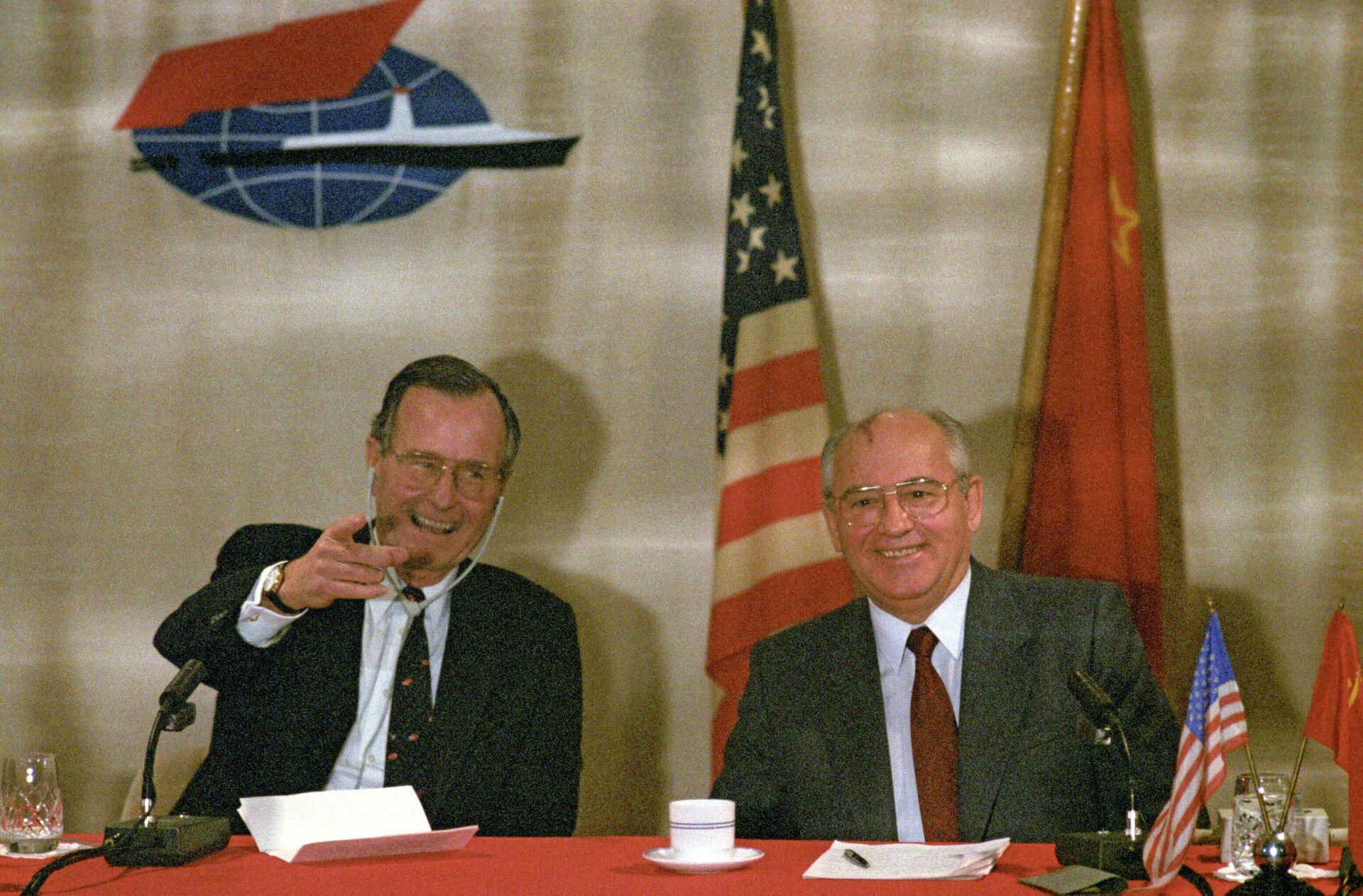 Совместная пресс-конференция Председателя Верховного Совета СССР Михаила Горбачева и президента США Джорджа Буша  - РИА Новости, 1920, 03.12.2020