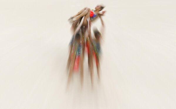 Спортсменки сборной России Анастасия Шишмакова, Анастасия Максимова, Мария Толкачева, Вера Бирюкова и Анжелика Стубайло выполняют упражнение с 5 мячами в финале групповых соревнований по художественной гимнастике на II Европейских играх в Минске