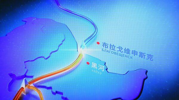 Монитор с изображением трансляции церемонии начала поставок российского газа в КНР по восточному маршруту