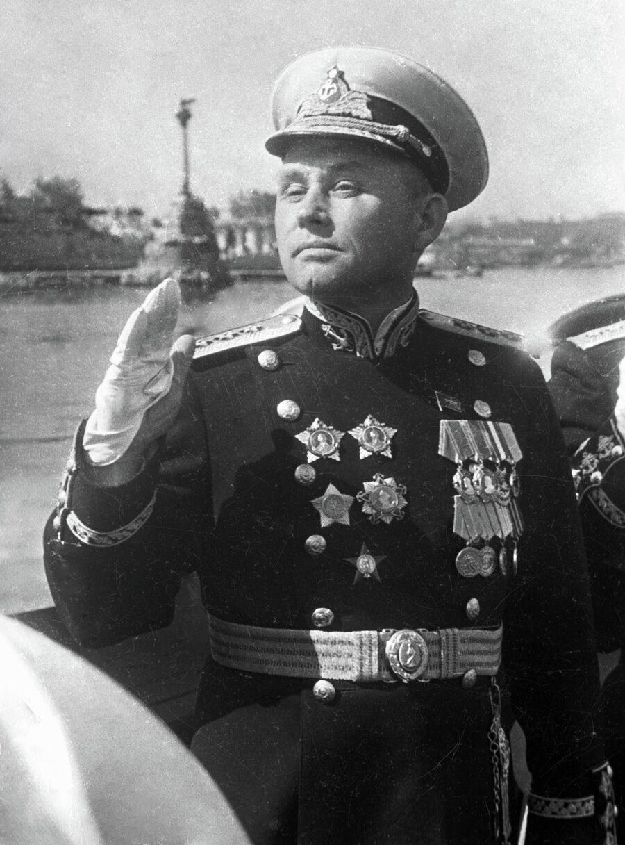 Адмирал Филипп Октябрьский на катере во время празднования Дня Военно-Морского Флота.