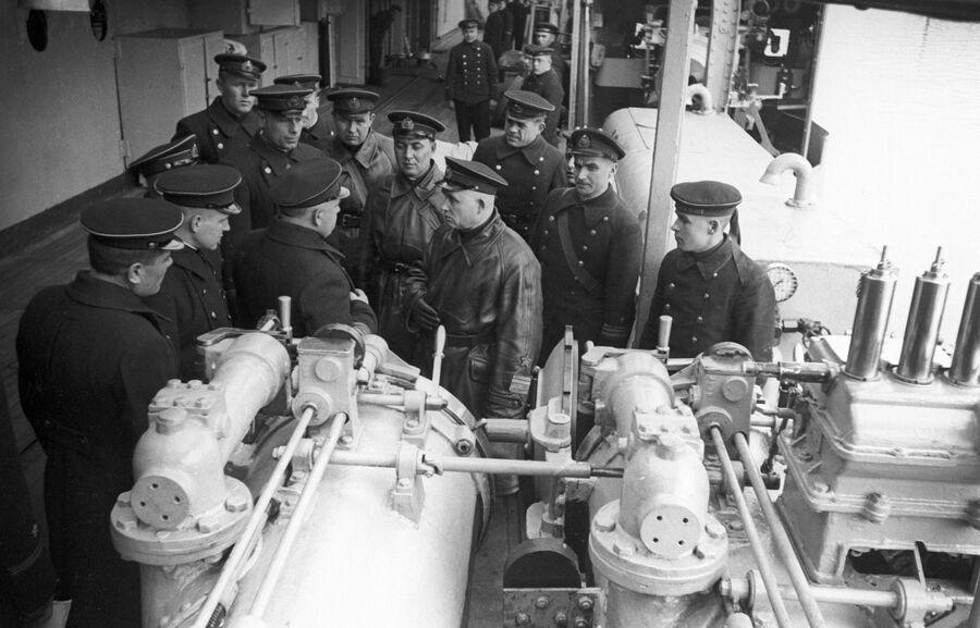 Командующий Черноморским флотом вице-адмирал Филипп Сергеевич Октябрьский(в центре) беседует с командным составом на одном из военных кораблей Черноморского флота. Великая Отечественная война.