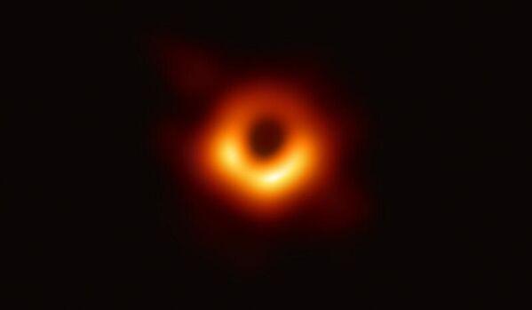 Изображение черной дыры центра галактики M87 полученное с помощью телескопа Event Horizon